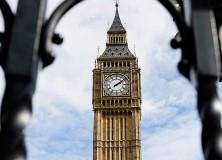 Torre do Big Ben vista através das grades de um portão na abadia de Westminster