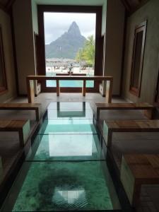 Capela com chão de vidro do Intercontinental Thalasso